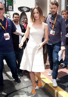 Emily Blunt Photos Photos - Emily Blunt and Joseph Gordon Levitt leave the Hilton Hotel together to attend panels at Comic Con San Diego. - Emily Blunt and Joseph Gordon Levitt Leave the Hilton
