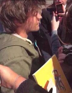 Look what Louis was carrying earlier! Light Of My Life, Love Of My Life, My Love, Larry Shippers, Louis And Harry, Louis Tomilson, Louis Williams, One Direction Pictures, Perfect Together