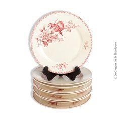 Lot de 8 assiettes collection FAVORI. Faïenceries de Sarreguemines et Digoin. French Antique. Vers 1890 1900. Décor aux oiseaux, sérigraphié.  Chaque paire plate / creuse a un décor identique et chaque paire est différente.  4 assiettes plates. Diamètre 23,4 cm. 4 assiettes creuses. Diamètre 23,1 cm.  En bon état, usure du temps.  72,00 € http://legrenierdelamandoune.com/vaisselle/752-lot-de-8-assiettes-favori-faienceries-de-sarreguemines-et-digoin.html  Le Grenier de la Mandoune