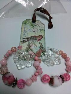 Con piedras rosas y blancas