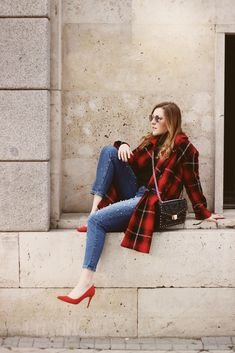 Red tartan coat madrid street style #fashion #moda #look #outit #ootd #wiw #inspiration #style #streetstyle #outfir #ideas #red #tartan #influencer Look Casual Chic, Madrid Street Style, Gossip Girl Outfits, Zara, Jumper, Outfit Ideas, Winter Jackets, Hipster, Coat