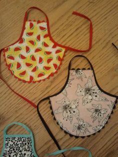 Dish Soap Apron by kraushausdesigns on Etsy Small Sewing Projects, Sewing For Kids, Crafts To Do, Bead Crafts, Sowing Crafts, Christmas Decorations Sewing, Apron Tutorial, Pipe Cleaner Crafts, Sewing Aprons