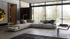 Das Sofa Yuuto von Walter Knoll ist wie ein Statement. Es bietet großzügiges Sitzen mit hohem Komfort für eine denkbar bequeme Art und Weise zu Entspannen. Abbildung zeigt die Ausführung Stoff.