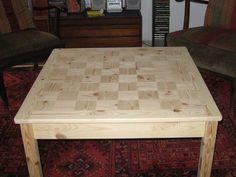 Tisch aus Holzresten im Wohnzimmer