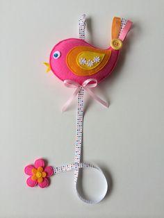 He encontrado este interesante anuncio de Etsy en https://www.etsy.com/es/listing/184439501/pink-birdie-felt-hairclip-holder