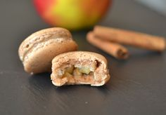These Apple & Cinnamon macarons surprised me. I really love macarons, both in terms of eating and baking trying new flavors. This time I wanted to try a App Macaron Flavors, Macaron Recipe, Macarons, No Bake Desserts, Dessert Recipes, Caramelised Apples, Unique Desserts, Cinnamon Cream Cheeses, Apple Cinnamon
