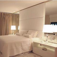 Boa ideia é fazer um armário embutido nesse espelho da cama, ótimo para guardar a roupa de cama.