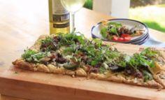 Blaardeeg–pizza met biltong, Vye, Feta Kaas, Rocket, Olywe en Black Gold