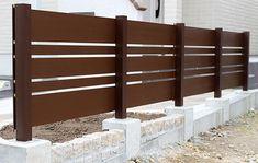 絶対欲しい!安い・強い・美しいおすすめフェンスはズバリこれ Porch Wall, Patio Wall, Design Your Own Home, Cabin Homes, Planer, Townhouse, Fence, Entrance, Garden Design