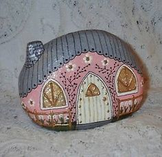 River Rock Fairy Houses (Front, Pink - - Who would have thought river rocks could look so cute :). Pebble Painting, Pebble Art, Stone Painting, Rock Painting, Pebble Mosaic, Painting Flowers, Stone Crafts, Rock Crafts, Arts And Crafts