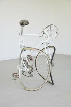 Alicja Kwade: Reise ohne Ankunft, Bøjet cykel / photograph by Thomas Gunnar Bagge. Modern Art, Contemporary Art, Bicycle Art, Cycling Art, Installation Art, Brainstorm, Sculpture Art, Street Art, Illustration Art
