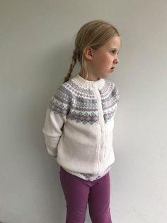Kofte med rundfelling i Lykkelitenserien. Crochet Books, Knit Crochet, Yarn Crafts, Diy And Crafts, Fair Isles, Baby Knitting, Turtle Neck, Pullover, Babys