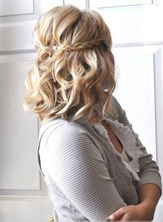 Bezaubernde und einfache Frisur, geflochten mit Locken