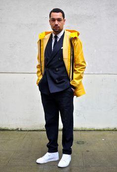 #Dandy du jour - le costume à veste croisée et le ciré jaune