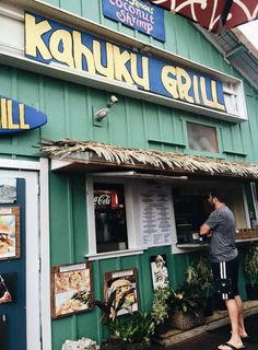 The very best places to eat on Oahu, from Waikiki to the North Shore. We cover the best hidden finds, local favorites, and the GOOD touristy spots. From breakfast to dessert! Hawaii Life, Aloha Hawaii, Honolulu Hawaii, Hawaii Travel, Maui, Aloha Travel, Usa Travel, Oahu Vacation, Vacation Places