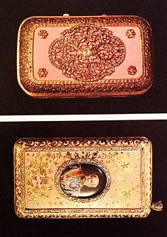 Cigarette box of engraved gold with pink enamel decorated with diamonds and a portrait of His Highness Prince Bamrabborapak. Length 11.8 cm.