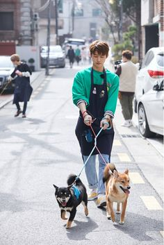 b.i 김한빈 -> meanwhile Jinhwan's being dragged away, off shot, by his dogs Kim Hanbin Ikon, Ikon Kpop, Yg Entertainment, Ikon Leader, Ikon Debut, Ikon Wallpaper, Jay Song, Korean Bands, Korean Music