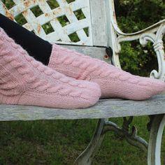 Salainen sukkakaava - LANKAHELVETTI Drops Design, Videos Funny, Leg Warmers, Socks, Style Inspiration, Knitting, Leg Warmers Outfit, Tricot, Breien
