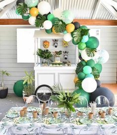balloon decoration for safari party Jungle Theme Birthday, Wild One Birthday Party, Baby Boy First Birthday, Boy Birthday Parties, Hawaiian Birthday, Boys 1st Birthday Party Ideas, Baby Birthday Themes, Safari Theme Party, Hawaiian Luau