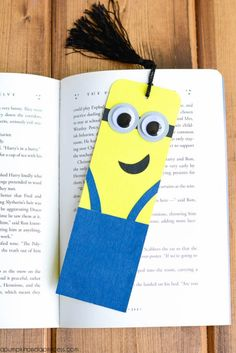 Watch something ordinary turn into a bunch of adorable little minions. Cardboard Tube Minion Crafts transform toilet tubes into the cutest toilet paper roll crafts ever witnessed. Despicable Me minions are kid favorites. Creative Bookmarks, Bookmarks Kids, Paper Bookmarks, Bookmark Craft, How To Make Bookmarks, Bookmark Ideas, Bookmark Template, Origami Bookmark, Diy Crafts