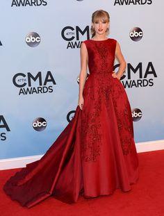Taylor Swift com um look vermelho,na organza champagne com apliques de rendas ,bordadas no mesmo tom!