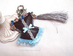 Bijou de sac, porte clef, CORSET similicuir marron , dentelle turquoise , bustier guêpière romantique fait main : Autres bijoux par lacaudry-creation