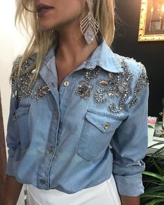 No photo description available. Denim Fashion, Look Fashion, Fashion Outfits, Womens Fashion, Customised Denim Jacket, Kleidung Design, Look Jean, Denim And Diamonds, Denim Ideas
