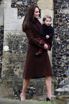 Catherine, Duchess of Cambridge and Prince William, Duke of Cambridge, Prince George of Cambridge and Princess Charlotte of Cambridge attend the service Moda Kate Middleton, Style Kate Middleton, Kate Middleton Outfits, Middleton Family, Princesa Charlotte, Princess Kate, Queen Kate, Queen Elizabeth, George Of Cambridge