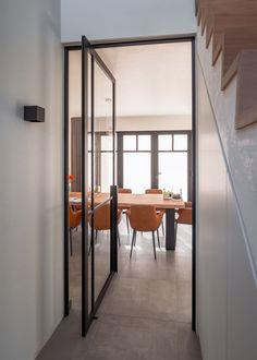 Prachtige pivoterende #steellook glazen deur met onzichtbare pivotscharnieren waarvoor niets op voorhand in de vloer ingebouwd dient te worden.  De BKO-omlijsting rondom de deur zorgt voor een perfecte afdichting naar tocht en akoestiek toe. De deur kan in beide richtingen openen en functioneert volledig geluidloos door de gepatenteerde sluiting van #ANYWAYdoors Bedroom Furniture Design, Country Dining Rooms, Big Bedrooms, Cozy Bedroom Design, Chandelier In Living Room, Luxury Bedroom Design, House Interior, Interiors Dream, Home Interior Design