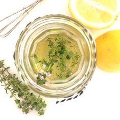 Heerlijk frisse citroen en tijm vinaigrette. Lekker over een salade of om kip mee te marineren! Recept nu online! www.kimcoomans.com