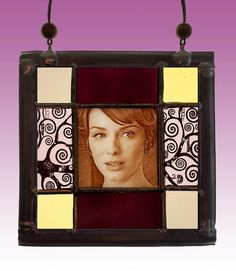 Joan Harris (Mad men) stained glass suncatcher. Available at the Etsy Shop of Stained Glass Elements. Joan Harris, Joan Harris glas in lood, gebrandschilderd glas, glas in lood, Christina Hendricks, gebrandschilderd portret, Mad Men, actrice