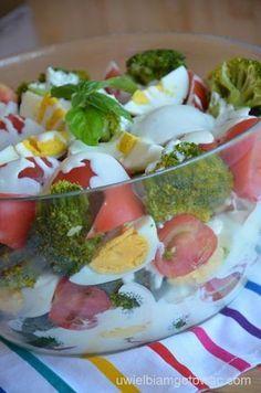 Sałatka z brokułami, pomidorami i jajkami z sosem czosnkowym Appetizer Recipes, Salad Recipes, Snack Recipes, Cooking Recipes, Vegetarian Recipes, Healthy Recipes, Good Food, Yummy Food, Snacks Für Party