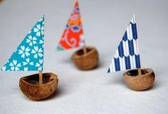 petit-bateau-fabriqué-à-partir-une-coquille-de-noix-et-voile-en-papier-triangulaire-à-différents-motifs-idée-activité-créative-de-primaire