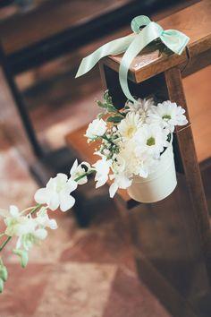 flowers in a metal basket church decor http://weddingwonderland.it/2015/05/15-idee-la-cerimonia-in-chiesa.html