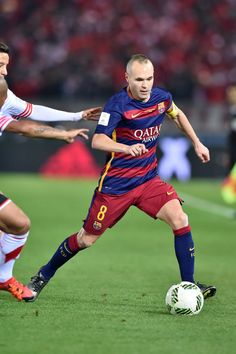 Andres Iniesta of FC Barcelona controls the ball during the final match between River Plate and FC Barcelona at International Stadium Yokohama on December 20, 2015 in Yokohama, Japan.