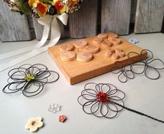 Form used to help make wire flowers. Wire Crafts, Metal Crafts, Diy And Crafts, Art Fil, Wire Jig, Craft Projects, Projects To Try, Wire Ornaments, Wire Flowers