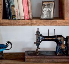 Vintage sewing machine | Keltainen talo rannalla