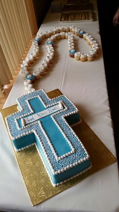 Baptism rosary cake...what imagination in doing this cake, just beautiful Baby Boy Baptism, Boy Christening, Boy Baptism Cakes, Boys First Communion Cakes, Baptismal Cakes, Baptism Desserts, Holy Communion Cakes, First Communion Party, Baptism Party