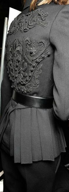 Vera Wang SS 2015 RTW ♥✤ Backstage Fashion - love this detail. Grey Fashion, Fashion Art, High Fashion, Fashion Show, Womens Fashion, Fashion Design, Fashion Trends, Couture Details, Fashion Details