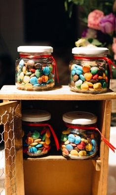 Frasco de golosinas, para todas las edades. #casamientos2018 #bodas2018 #DIY #souvenirs #souvenirs2018 #suculentas #tipsdeboda #weddingdeco #souvenirsdeas #invitadoscasamiento #argentina #regalo #eco #argentina #noviosargentina #casamientoscomar Mason Jars, Ideas, Sweet Fifteen, Goodies, Jars, Mason Jar, Thoughts, Glass Jars