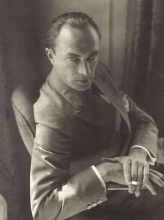 Conrad Veidt , 1929 by Edward Steichen. German actor, probably now most famous for his early role in 'The Cabinet of Dr Caligari' and much later, when he had moved to Hollywood, his part in 'Casablanca'. Edward Steichen, Alfred Stieglitz, Classic Hollywood, Old Hollywood, Color Photography, Portrait Photography, Vintage Photography, White Photography, Classic Photography