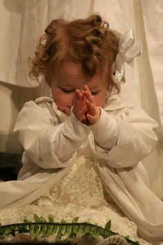 Nothing more precious than children.unless it's children praying! Little Children, Precious Children, Beautiful Children, Beautiful Babies, Baby Kind, Baby Love, Little People, Little Ones, Baby Pictures