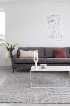 Mooie grijze bank van Sofacompany. Past goed in een Scandinavisch interieur. Sofa, Couch, Beautiful Living Rooms, Home Living Room, My House, New Homes, Pastel, Studio, Interior