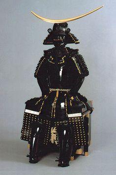 伊達政宗 「伊達男」の由縁を感じさせる黒を基調とした、重厚な鎧と兜。 Samurai Helmet, Samurai Armor, Arm Armor, Lamellar Armor, Date Masamune, Combat Armor, Martial, Turning Japanese, Art Japonais