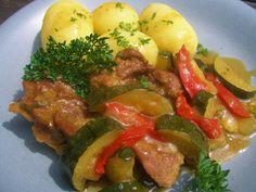 V kuchyni vždy otevřeno ...: Krůtí plátky s cuketou a paprikou Stew, Sausage, Pork, Meat, Chicken, Ethnic Recipes, Red Peppers, Kale Stir Fry, Sausages