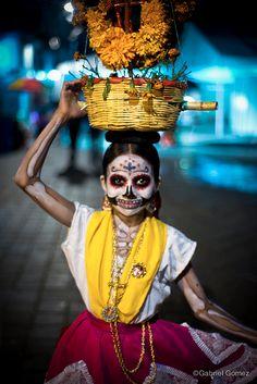 a Día de Muertos en Oaxaca-La tradición más representativa de la cultura mexicana, llena de flores, velas, pan de muertos, luces y colores , se vive en los destinos más populares que hacen de esta tradición todo un festejo: Oaxaca, Puebla, Cancún en Xcaret con su festival de la vida y la muerte y no podría olvidarme, del hermoso Pátzcuaro y sus tradiciones vivas. #pueblomágico, #rinconesdemexico #MiPróximoViaje