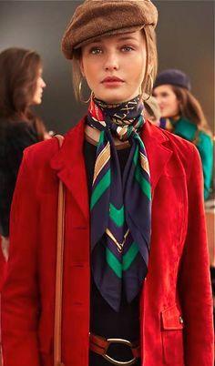 Foulard! Éuma écharpe ou lenço, em geral de seda leve estampada, usado em volta do pescoço. O foulard em trajes masculinos substitui a gravata. Complementa e adorna quando usado com o colarinho aberto, sem abotoar.