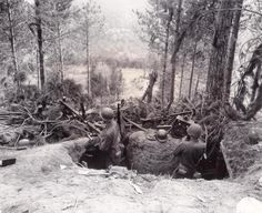 17. September 1944 Private First Class Clifton C. Rhodes (links) und Leutnant Edwin O. Guthman der 339. Infanterie-Regiment / 85. Abteilung / American fünfte Armee-Wache in der Verteidigung von Hill 732 Position (Gothic-Linie), Grezzano, Italien, den neuen nur aus Deutschland entrissen. Sie benutzten Maschinengewehre MG 42 (Maschinengewehr 42) Beute aus den Händen seiner Feinde.