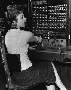 28 Amazing Vintage Photographs That Capture Telephone Switchboard Operators at Work from the Past