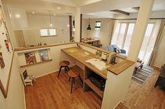 すくすく知育コーナー - 子育てをコンセプトにした住まい「育みの家」: ジャストの家が手掛けた子供部屋です。